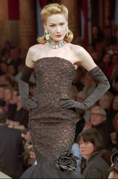 1996 à l'image d'une star hollywoodienne, Carla en blond vénitien défile en robe a dentelle signé Yves Saint Laurent