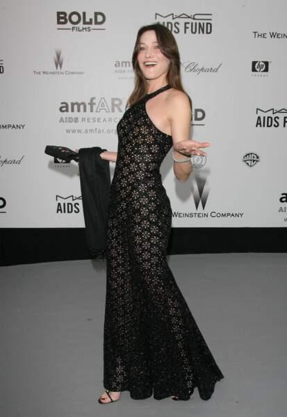 2007 A 40 ans, Carla affiche une silhouette de rêve au dîner de l'AMFAR à Cannes. Cette même année, elle fait la connaissance d'un certain Nicolas