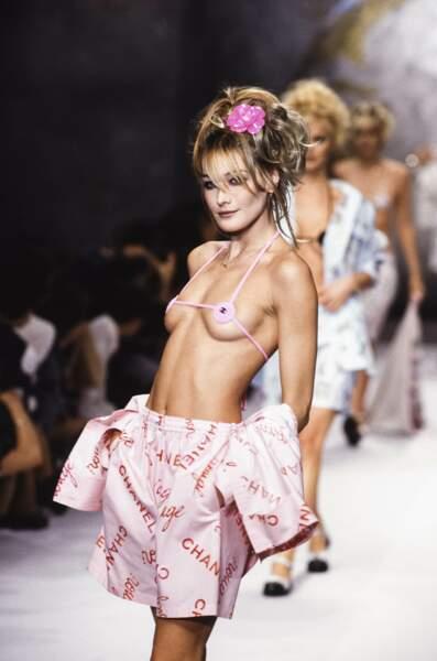 1995 Comme le chantait si bien Dalida, Carla le porte à merveille… ce tout petit bikini Chanel !