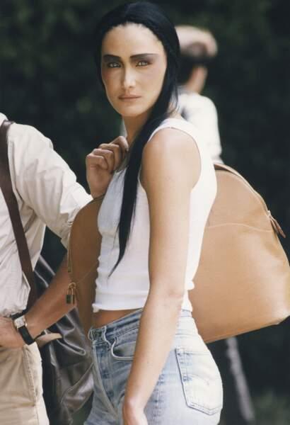 1997 Méconnaissable, un brin surnaturelle, Carla sortant du défilé Dior