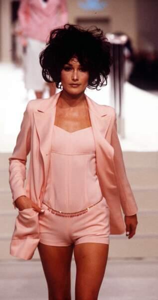 1997 lors du défilé Chanel, Carla arbore une coupe de cheveux courte brune déstructurée