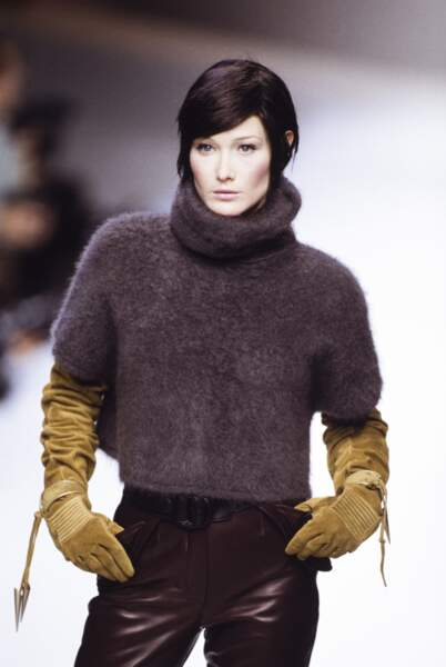 1994 teint diaphane au style masculin, le top model lors du défilé Claude Montana