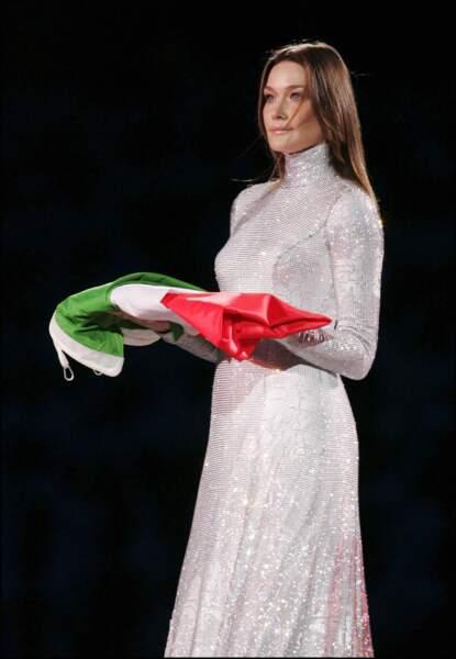 2006 cérémonie d'ouverture des JO de Turin, Carla Bruni habillée par Giorgio Armani