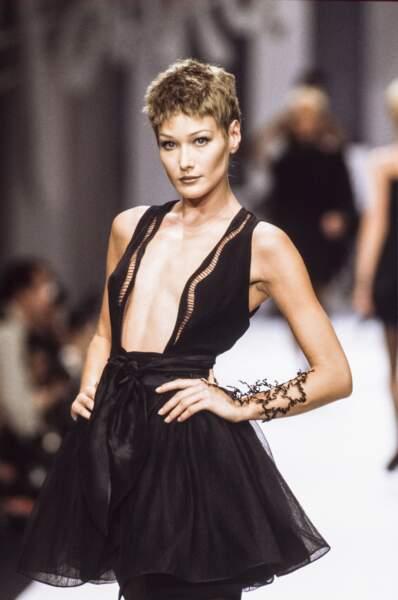 1993 Carla a troqué sa longue chevelure brune pour une coupe à la garçonne, ici au défilé Claude Montana