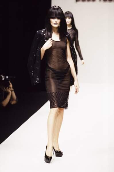 1995 difficile de reconnaître Carla sous ce long carré noir corbeau au défilé Paco Rabanne