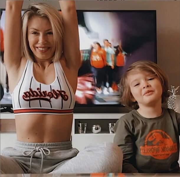 Alors que son amie Stéphanie Clerbois fait du sport avec son fils Lyam