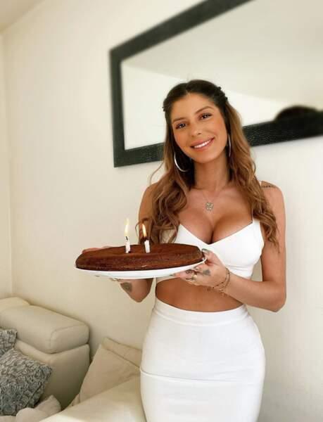Elle fête aussi son anniversaire seule, mais avec un bon gâteau !