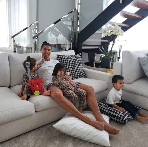 Cristiano Ronaldo, lui, s'occupait de ses trois petits derniers.