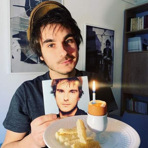Gauvain Sers célébrait le premier anniversaire de son album Les Oubliés avec un œuf à la coque.