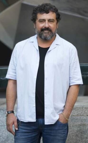 Hors des plateaux, Paco Tous opte pour le style décontracté chemise et jeans