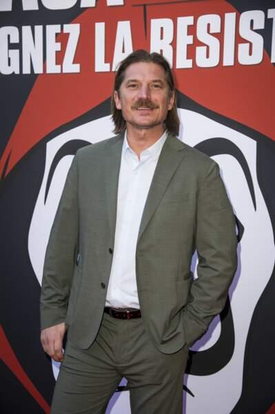 Et dans la vie, son interprète, Luka Peros porte aussi la moustache