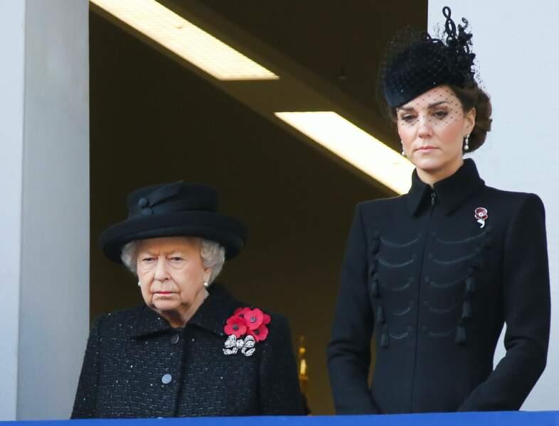 """La Reine Elisabeth II et la Duchesse de Cambridge, graves et émues assistent à l'incontournable  cérémonie annuelle """" The Remembrance day""""(Novembre 2019)"""