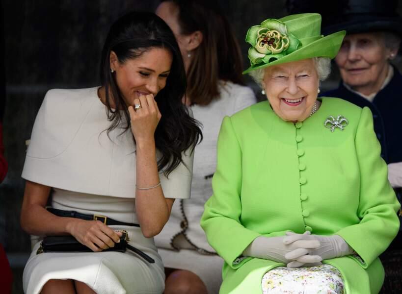 La Reine Elisabeth II et la Duchesse de Sussex  joyeuses et complices lors d'une visite à Cheshire en juin 2018