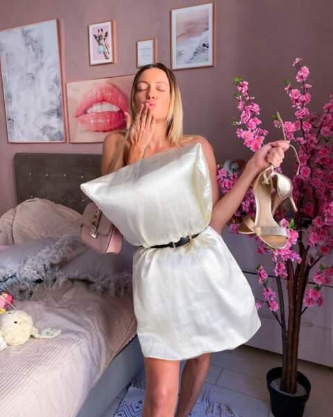Avec un coussin en soie et ses chaussures à la main, Leslie Dasc est prête à aller se coucher !