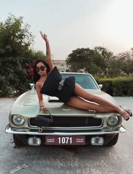 Fidji Ruiz pose avec un oreiller sur une voiture à Dubaï