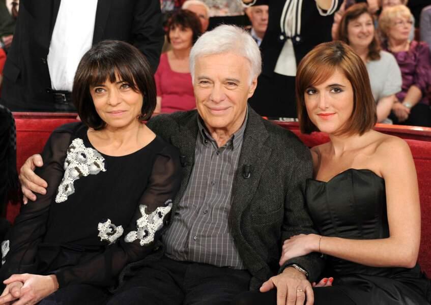 Fier et heureux entre ses deux filles Leslie et Victoria sur le plateau de Vivement Dimanche (2011)