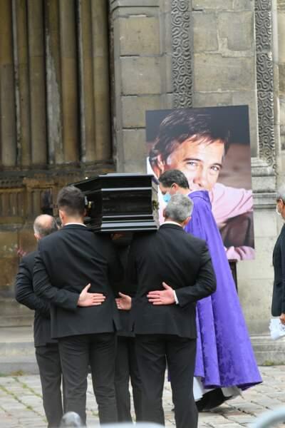 Le cercueil de Guy Bedos entre dans l'église
