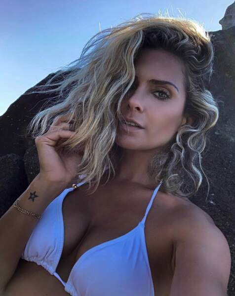 Bikini blanc pour Clara Morgane.