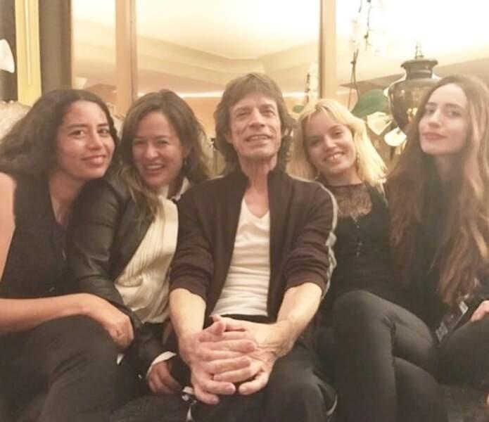 On commence par souhaiter un bel anniversaire à Mick Jagger, ici entourée de ses filles, 77 ans depuis dimanche.