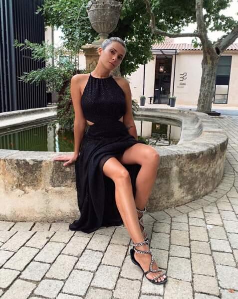 Clara Morgane a dévoilé ses gambettes près d'Aix-en-Provence.