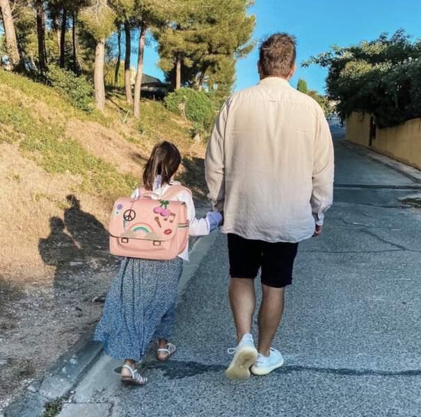Malgré le ciel d'été, Laurent Ournac n'accompagne pas sa fille à la plage, mais à l'école !