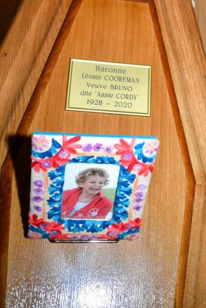 Avant les funérailles, le public pouvait se recueillir devant le cercueil d'Annie Cordy