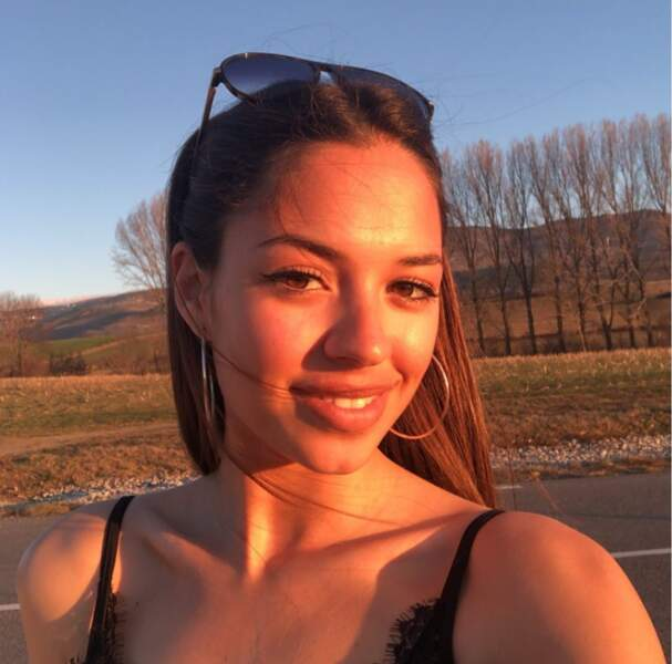 Elle profite du coucher du soleil pour publier une superbe photo