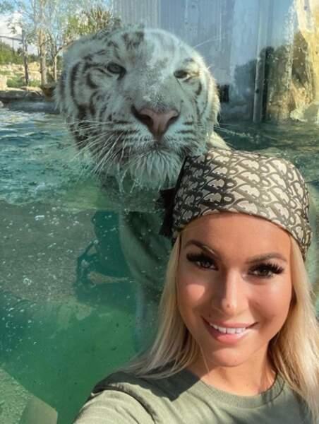 Dans un autre genre : Carla Moreau et un gros matou au zoo.
