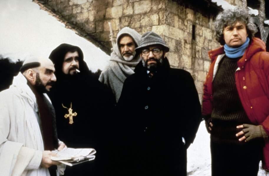 """Sur le tournage du """"Nom de la rose"""" , entouré du réalisateur Jean-Jacques Annaud, de l'auteur Umberto Eco, de Sean Connery et Murray Abraham (1986)"""