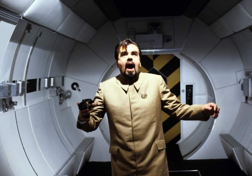 Hugo Drax est un milliardaire américain voulant détruire l'humanité depuis sa navette spatiale!