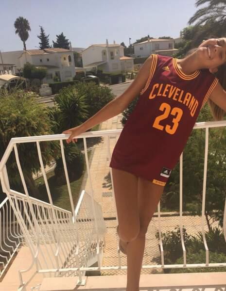 Lara Lourenço, vêtue ici d'un maillot de basketball américain, est une véritable globe-trotteuse