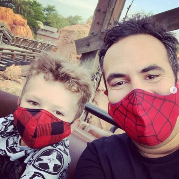 Alex Goude et son fils Elliot se sont amusés comme des petits fous à Disneyland Paris. Dans le respect des gestes barrières, bien sûr.