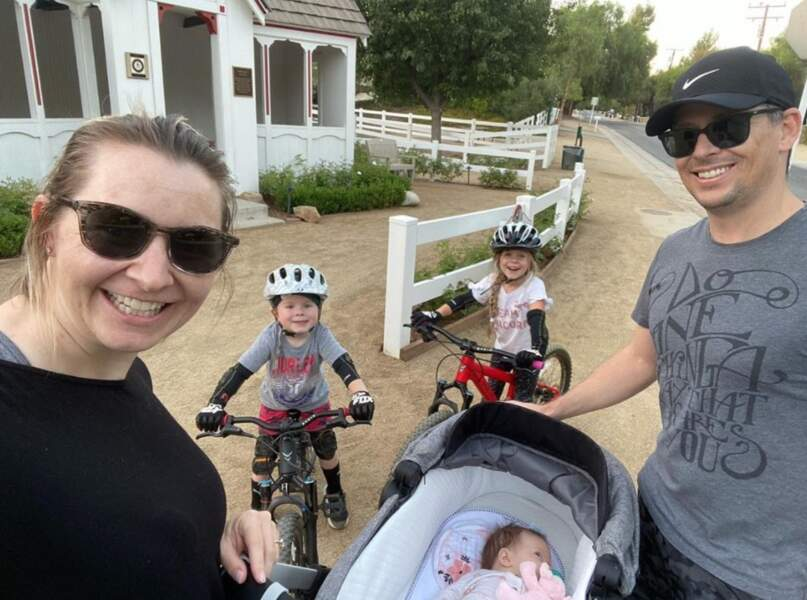 Balade en famille pour l'actrice Beverley Mitchell.