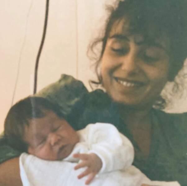 Vous la reconnaissez ? C'est Izia aux côtés de maman, Aziza Zakine.