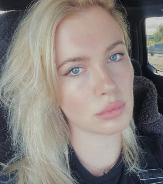 Ireland Baldwin est redevenue blonde platine et ça a l'air de l'enchanter.