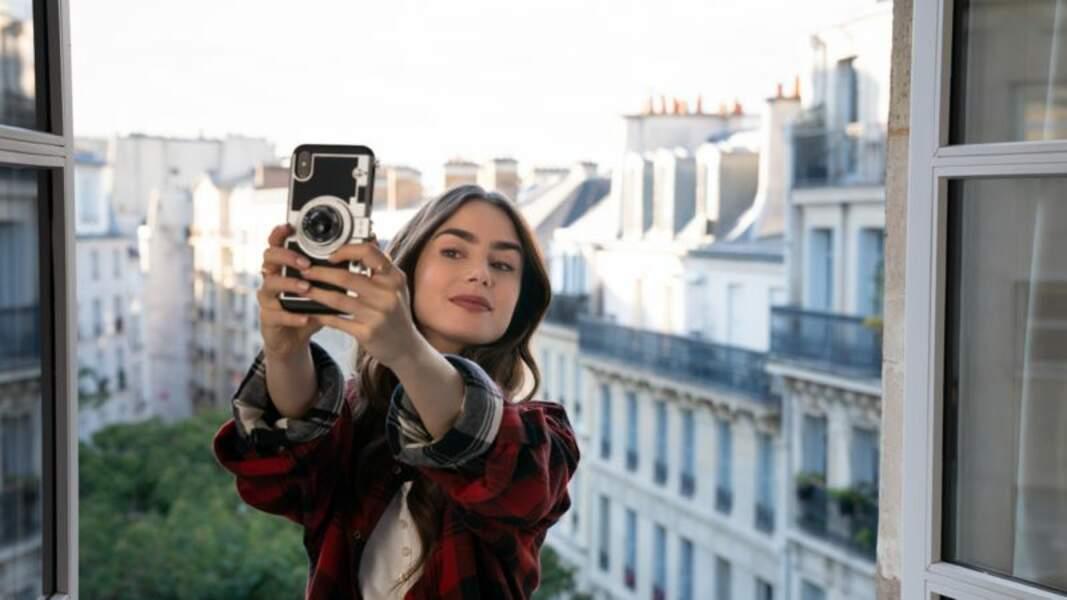 Lily Collins a une très grande garde robe dans Emily in Paris ! Voici quelques unes des pièces qu'elle porte dans la série Netflix. Alors oui, il y a notamment des pièces de grands créateurs, mais on peut toujours rêver !