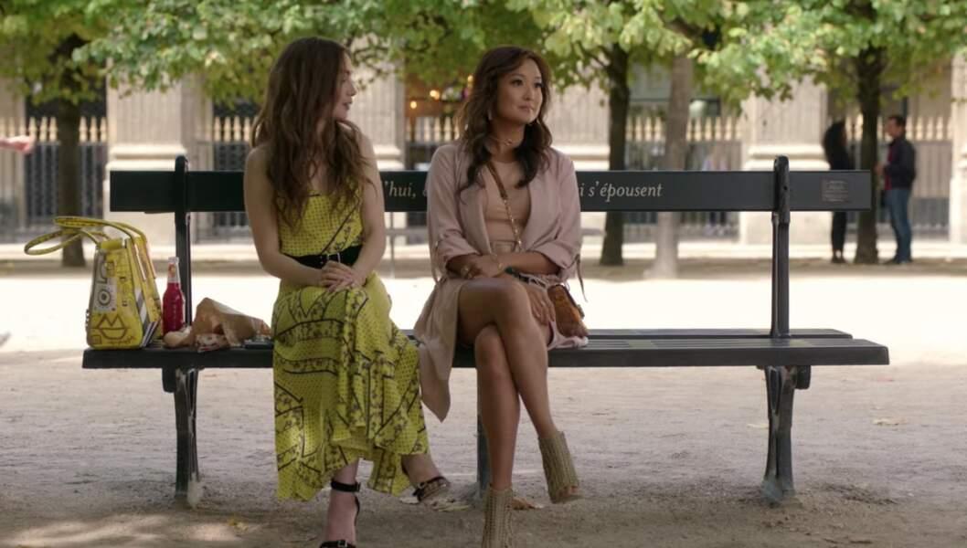 Lorsqu'elle rencontre Mindy, Emily arbore une robe jaune de la marque Ganni