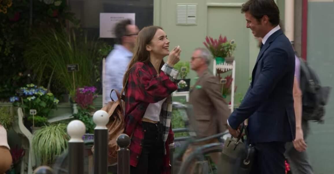 En débarquant à Paris, Emily arbore une veste à carreaux signée Faith Connexion....