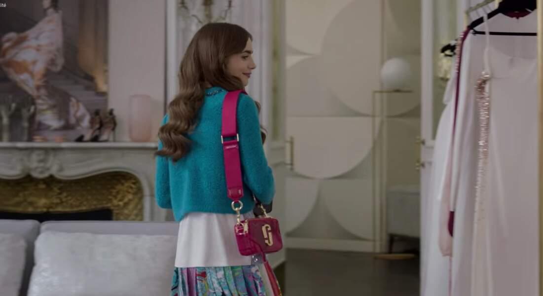 Vous êtes fan du sac rose flashy d'Emily ? C'est un Marc Jacobs