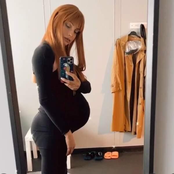 Dans sa loge, Najwa Nimri (Alicia), elle, immortalise son ventre de femme enceinte. Il serait temps qu'elle accouche !