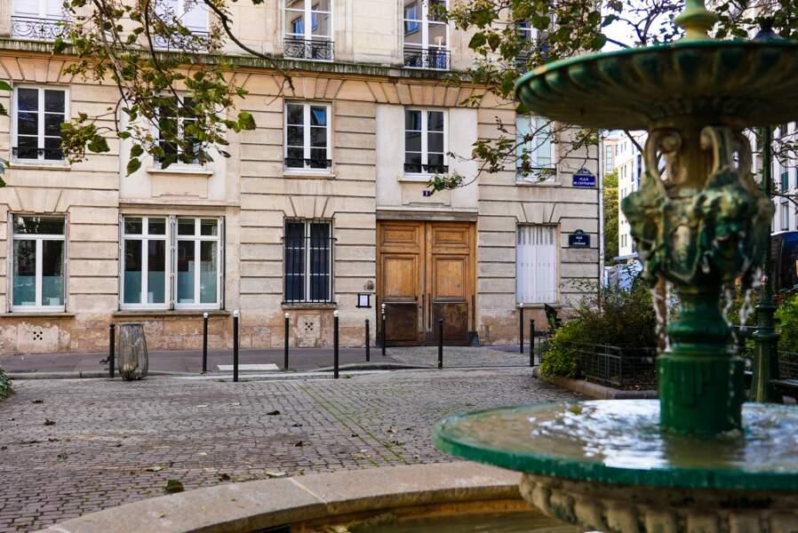 Une vue plus large de la typique place de l'Estrapade dans le 5è arrondissement
