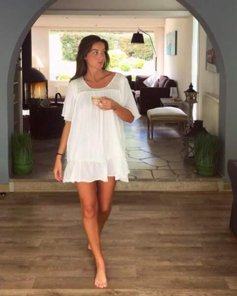 Sublime dans une jolie robe blanche