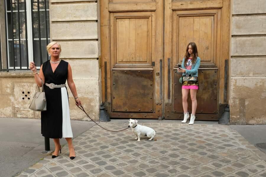 Le chic parisien version américaine ?! En tout cas, Emily ne manque de capturer la scène sur son téléphone !