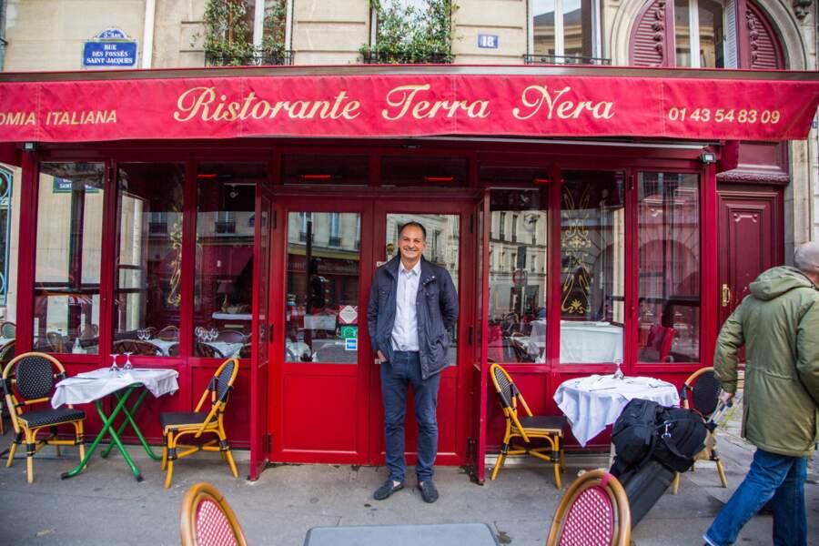 """Quand la fiction rattrape la réalité : le restaurant Terra Nera n'est pas peu fier d'accueillir le tournage ! Il s'appelle d'ailleurs """"Les 2 compères"""" pour les besoins de la série"""