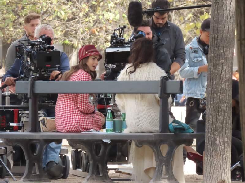 Lily Collins (Emily) et Ashley Park (Mindy) en pleine discussion dans les jardins du Palais Royal