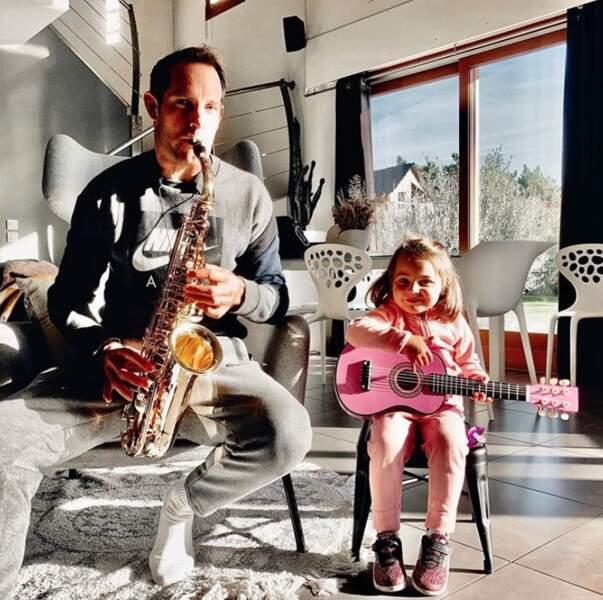 C'était l'heure de l'atelier musique pour Renaud Lavillenie et sa fille Iris.