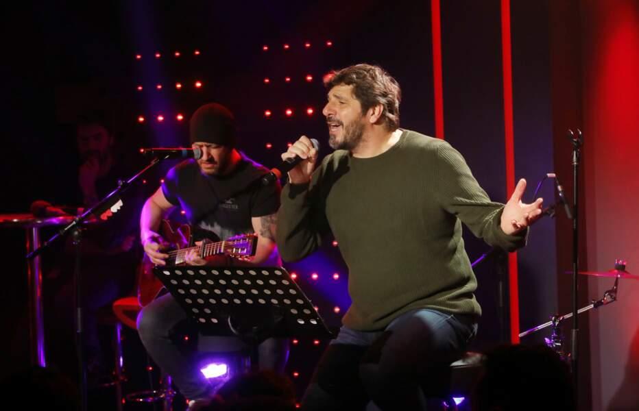 Et le chanteur, en plein concert pour RTL.