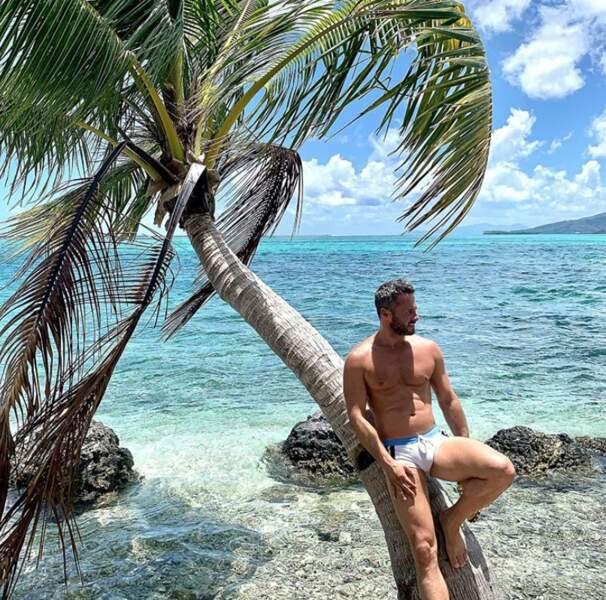 Christian Millette en slip moulant à Raiatea en Polynésie.