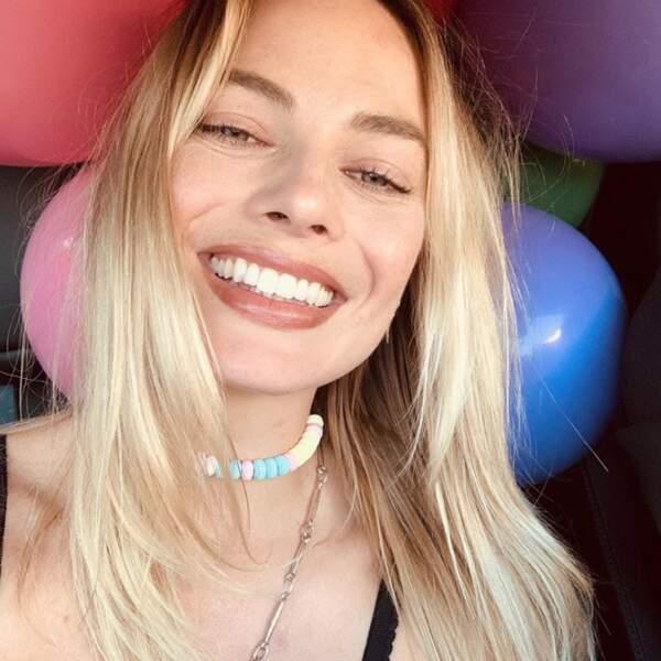Margot Robbie allie coquetterie et gourmandise avec son collier de bonbons et on ne peut que valider ce choix.