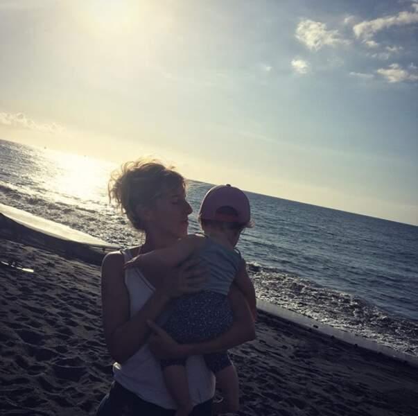 Petit tour à la plage pour Léa François et sa fille Louison.